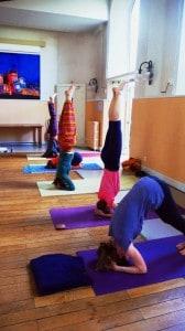cours-de-yoga.-posture-sur-